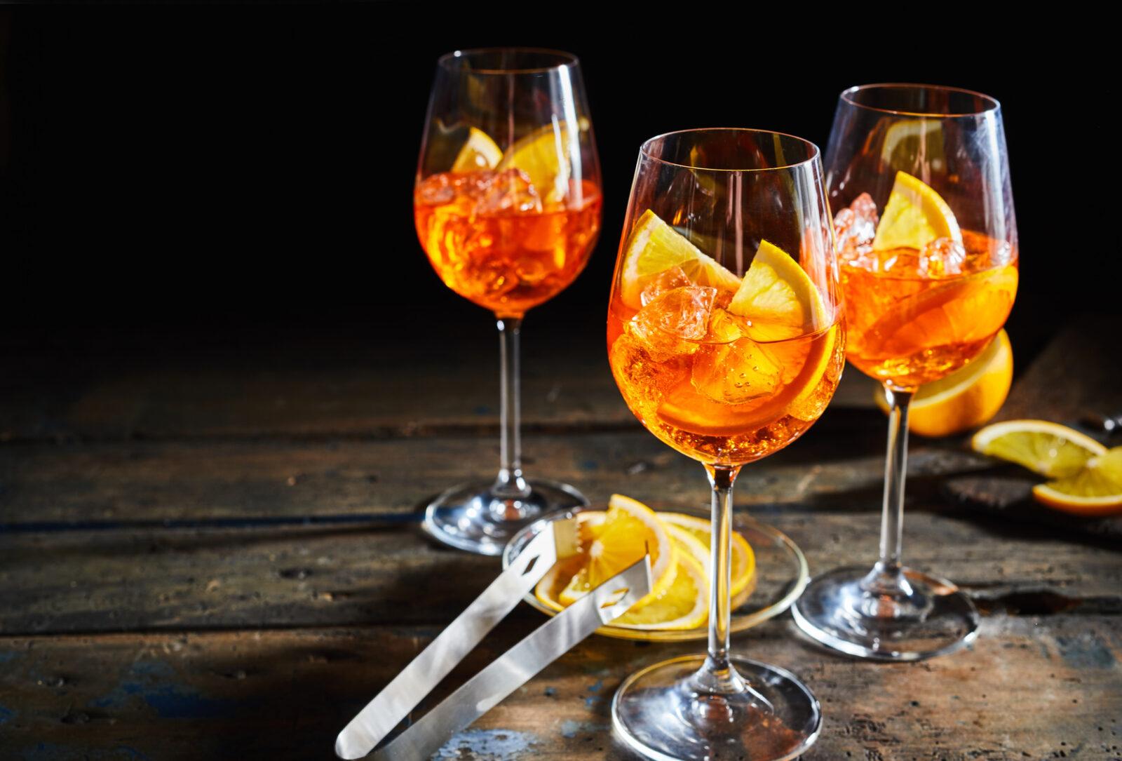 Aperol Spritz (Aperitif aus Sekt/Proseco mit Aperol, Scheibe Orange und Ice)